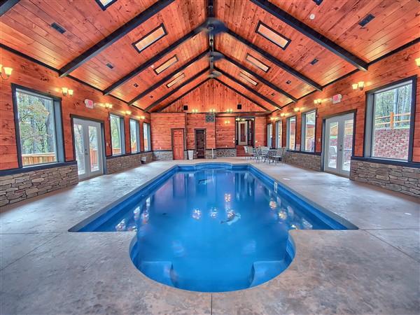 Woodland Ridge lodge with swimming pool